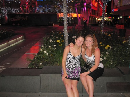 Christina und ich vor´m Staples Center in Los Angels